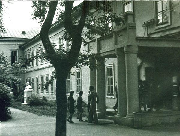 … здание Новозыбковского пединститута в 60-е годы; центральный вход