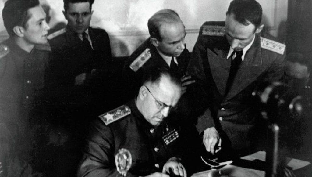 9 мая 1945-го года в 00 43 по Москве, (8 мая 22.43 по среднеевропейскому) акт о капитуляции войск фашистской Германии подписывает Георгий Жуков