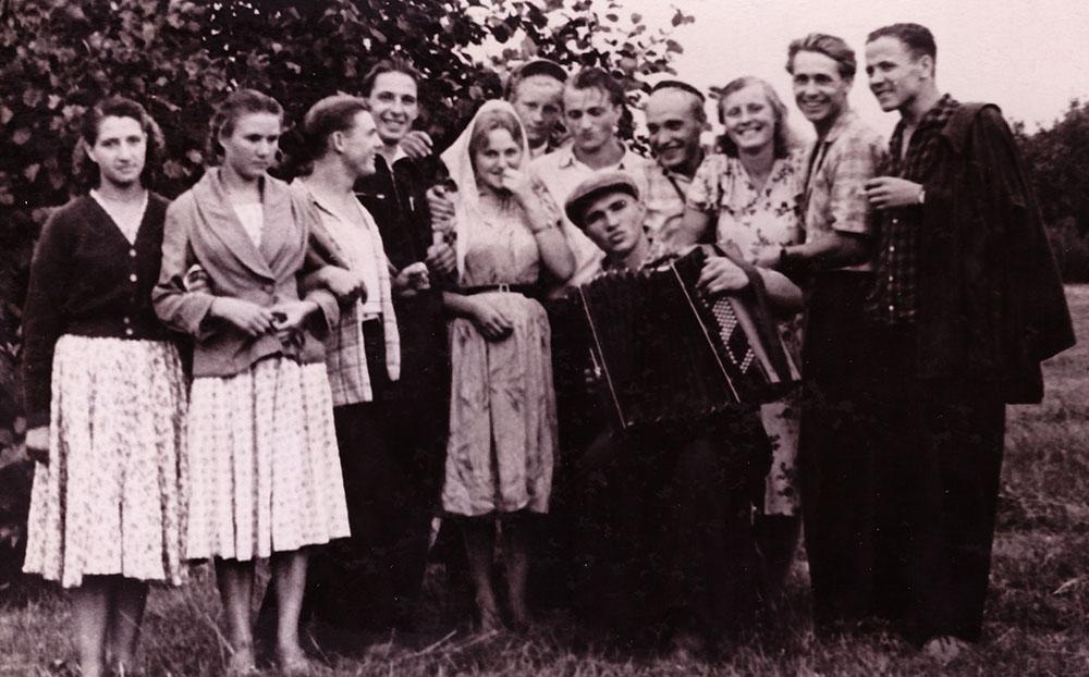 Земляки Жени Ломако. за баянистом стоит наш Петя Лосев, а вторая слева- его сестра Татьяна
