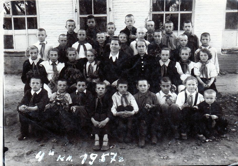 Возможно,  кто-то из этих выпускников 4-го класса   выпускался в 1964-м. В верхнем ряду  крайний справа Черенцов Георгий  (классный руководитель - Ярошевская Мария Александровна)