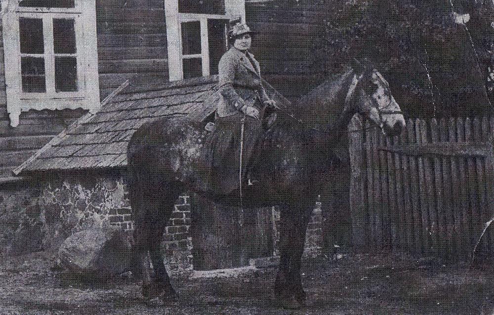 Мама Зои-Нижникова  Екатерина Васильевна -  на собственной лошадке…