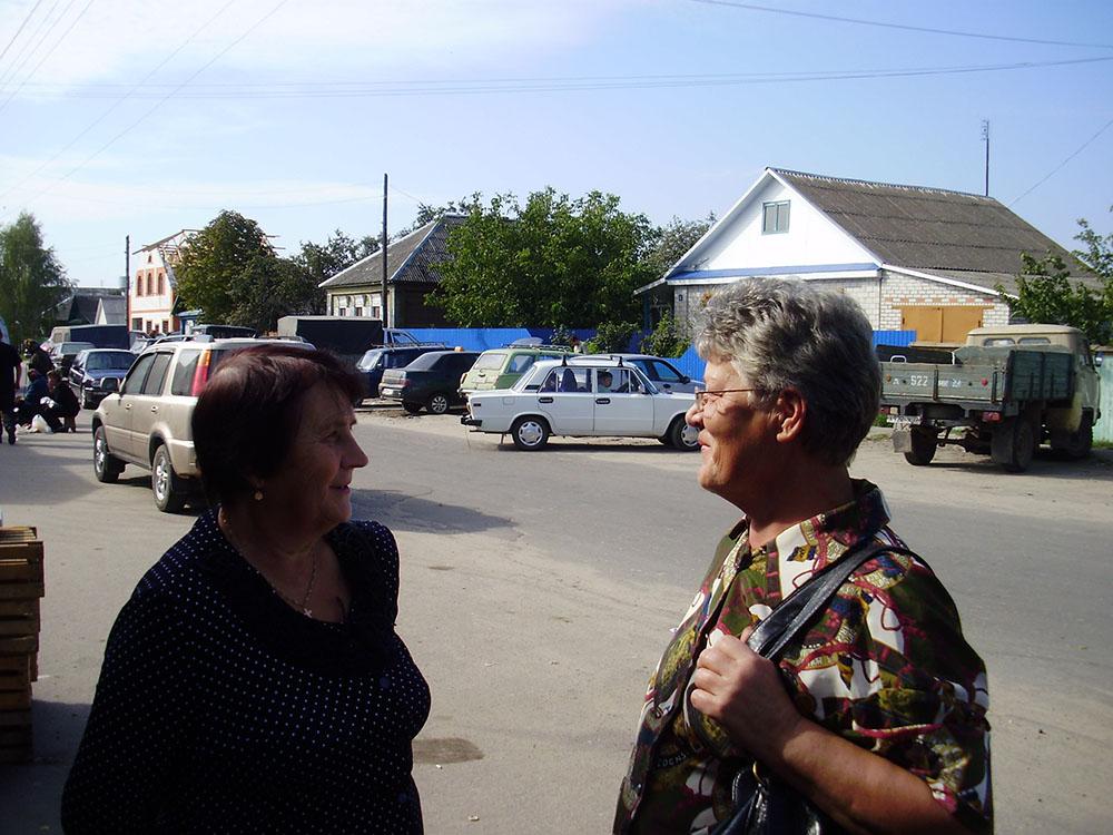 Случайная встреча через 50 лет… Нина Зыкина (дочь героя Советского союза) и Анна Черенцова (Мосина)…. Мглин 2010 г.