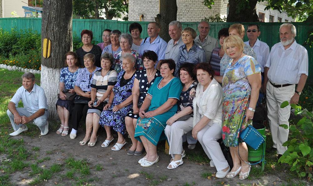 Фотография на память…. встреча выпускников 1965–го года…. Мглин 2015–й год