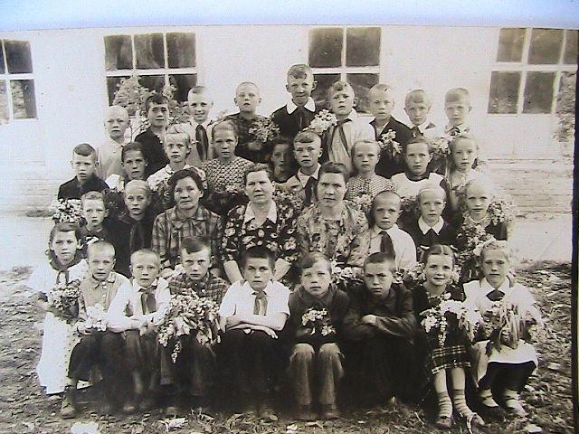 4-й выпускной класс Ковалёвой  Ульяны Иосифовны…. 1958-го год…