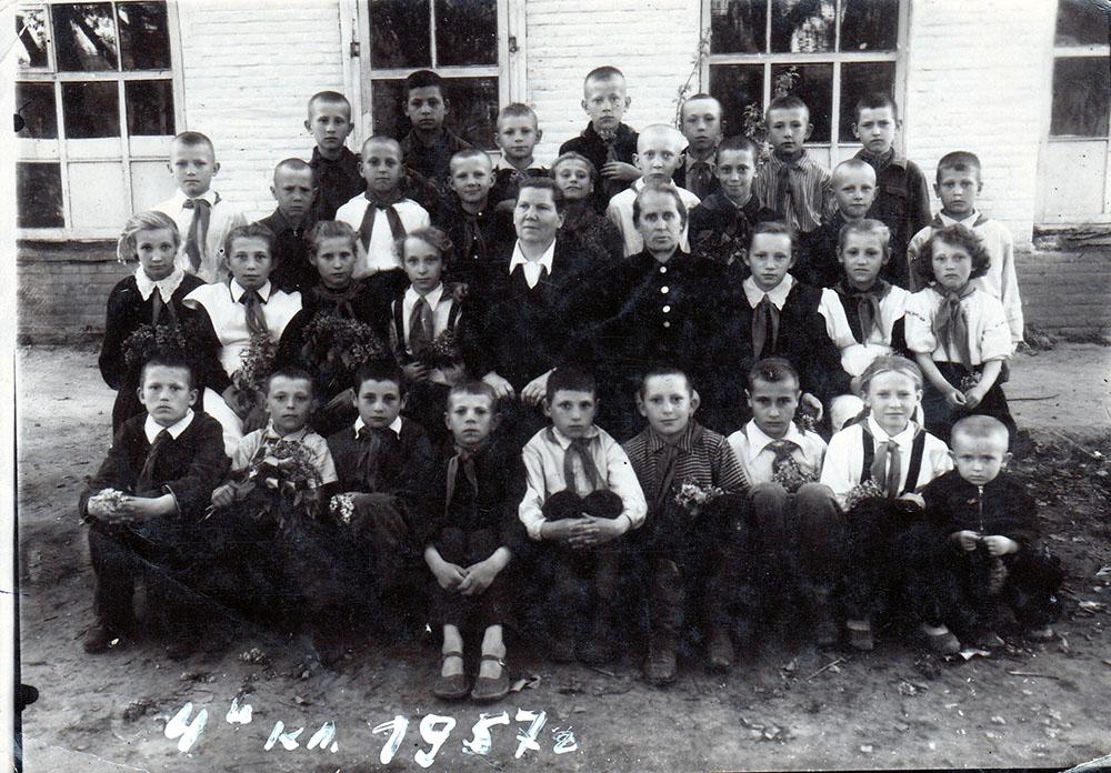 4-й   выпускной класс Ярошевской  Марии Александровны…1957-й год(опознан только Черенцов Георгий… в верхнем ряду крайний  справа)